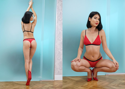 Lady Dee - InTheCrack - Solo Nude Gallery