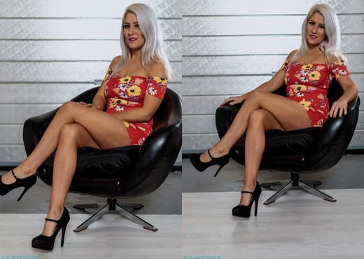 Lu Elissa - Sit Tight - Skin Tight Glamour - Solo Nude Pics