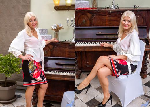 Sylvie - Naughty And Nice - Anilos - MILF Sexy Gallery