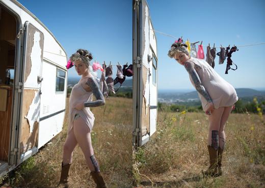 Anna Quinn - Caravan Club - Girlfolio - Solo Picture Gallery