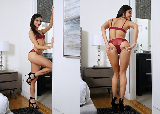 Emily Willis - InTheCrack - Solo Sexy Gallery