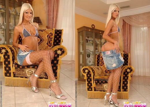 Jessy Wynn Playing with her toys - Toys HD Gallery