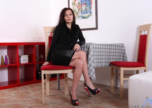 Tyna Black - Ready And Waiting - MILF Hot Gallery