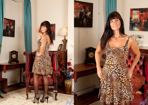 Lelani Tizzie - Ready To Prowl - MILF Image Gallery