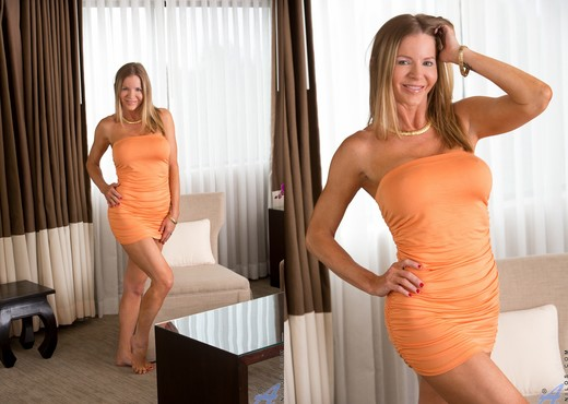 Amber Michaels - Mature And Frisky - MILF Nude Gallery