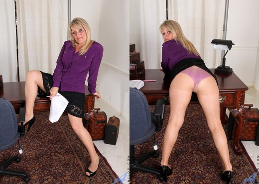 Bobbie Jones - Big Tit Boss Lady - MILF Image Gallery