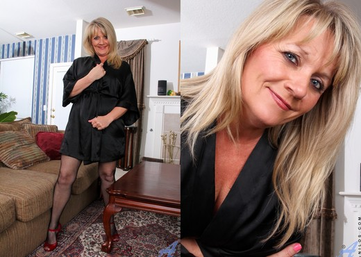 Bobbie Jones - Up Close And Personal - MILF Nude Pics