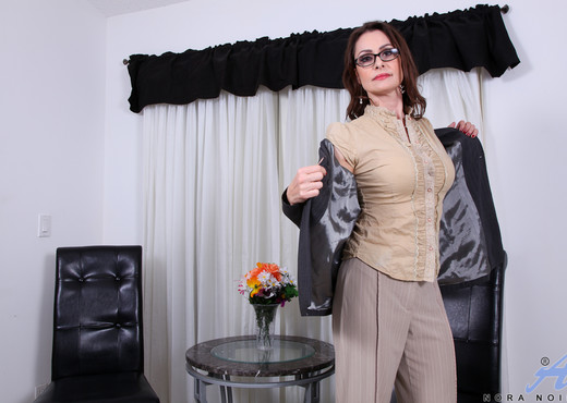 Nora Noir - After A Long Day - MILF Sexy Gallery