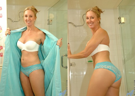 Jenna Covelli - Toys In Her Shower - MILF Hot Gallery