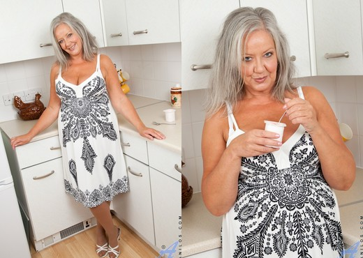 April Thomas - Lovely Boobs - MILF Picture Gallery