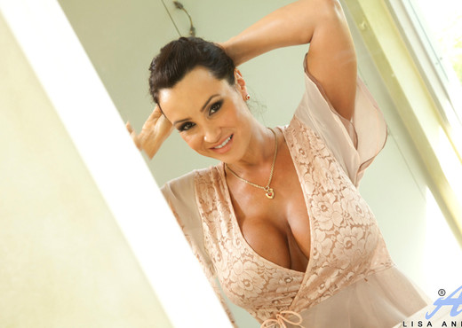 Lisa Ann - Dirty Milf Shower - MILF HD Gallery
