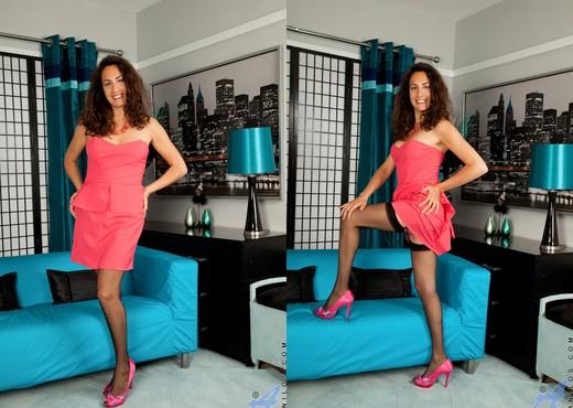 Isabella - Spread Wide Open - MILF Nude Pics