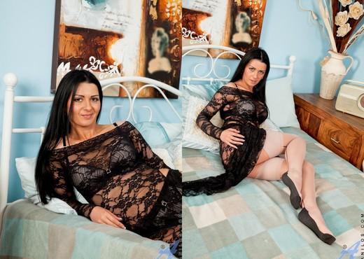 Sienna Richardson - Beige Dildo - MILF Nude Gallery