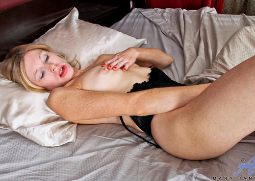 Mary Jane - Glass Toy - Anilos - MILF Nude Pics