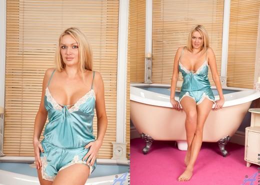 Amber Jayne - Tub Rubdown - Anilos - MILF Sexy Photo Gallery