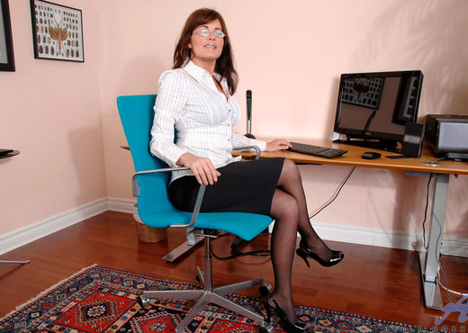 Bella Roxxx - Office - Anilos - MILF Picture Gallery