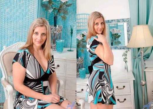Tonya - Housewife Fingers - Anilos - MILF Image Gallery