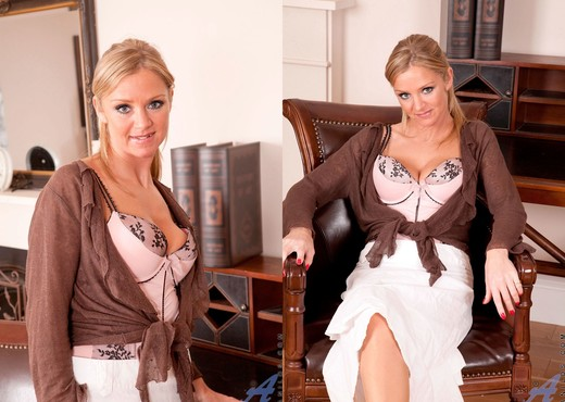 Louise Dakotah - Mature Secretary - MILF Sexy Photo Gallery