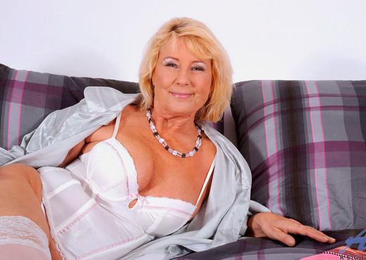 Regie - Bedroom - Anilos - MILF Nude Pics