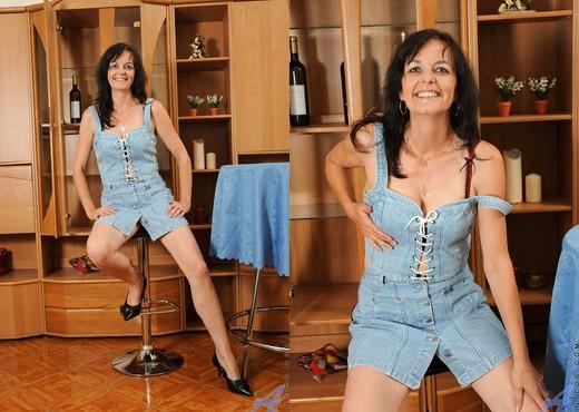 Renie - Pussy Spreads - Anilos - MILF Nude Gallery