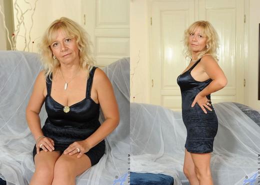 Sara Lynn - Black Thongs - Anilos - MILF Nude Pics