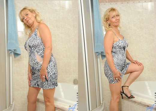 Sara Lynn - Bathroom - Anilos - MILF HD Gallery
