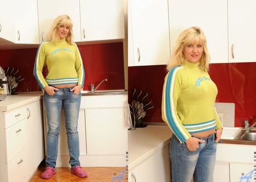 Doreen - Kitchen - Anilos - MILF Sexy Gallery