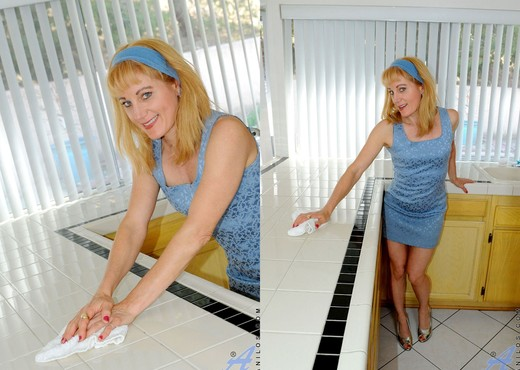 Angella Faith - Counter Top - MILF HD Gallery