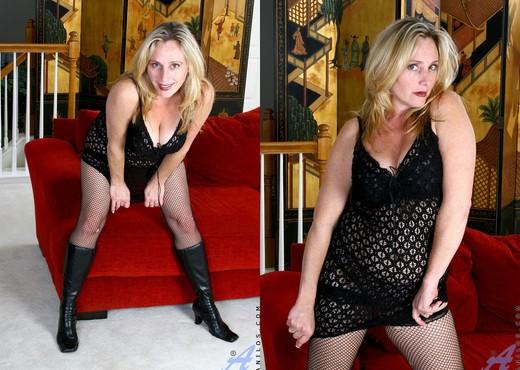 Jordan - Milf Pussy - Anilos - MILF Sexy Photo Gallery