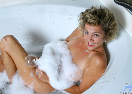 Vanessa - Bubble Bath - Anilos - MILF Image Gallery