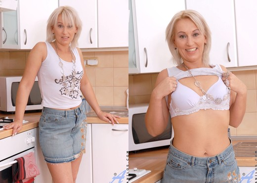 Samantha White - Kitchen - Anilos - MILF Nude Gallery