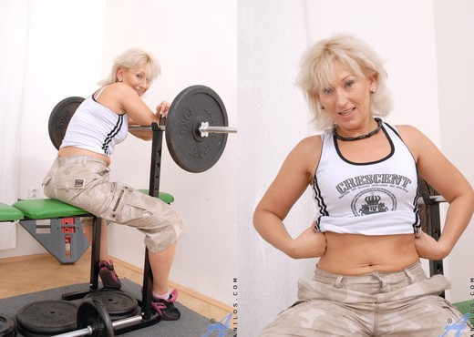 Samantha White - Gym Workout - MILF Hot Gallery