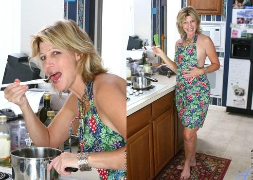 Rosetta - Nude Housewife - Anilos - MILF Nude Pics