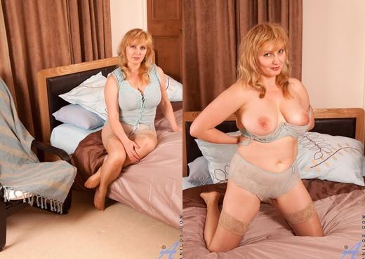 Emma - Insertion - Anilos - MILF Nude Gallery