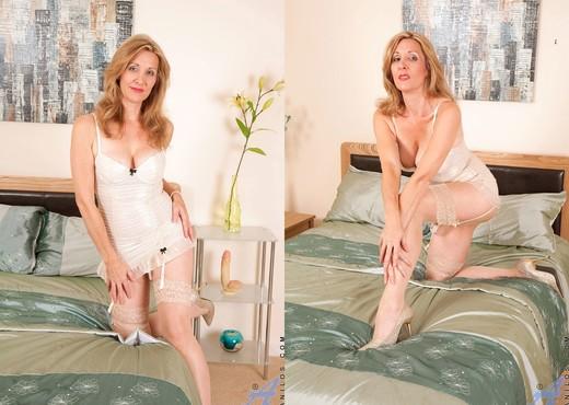 Camilla - Dong Masturbation - MILF Nude Pics