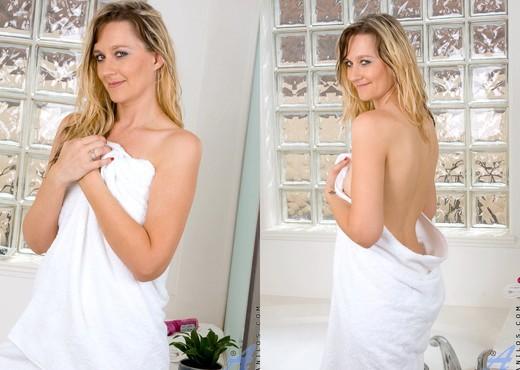 Nicole Logan - Bath Tub - Anilos - MILF Sexy Gallery