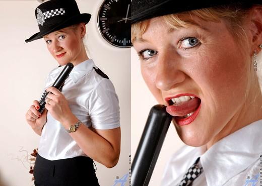 Suzy - Police Woman - Anilos - MILF HD Gallery