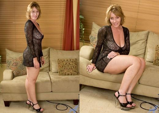 Samantha Stone - Sybian Ride - MILF Nude Pics