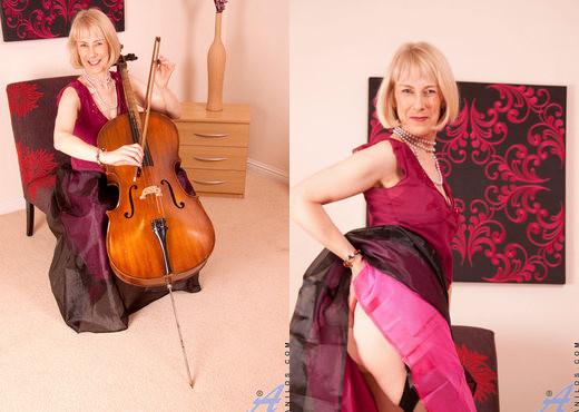 Hazel - Musician - Anilos - MILF HD Gallery