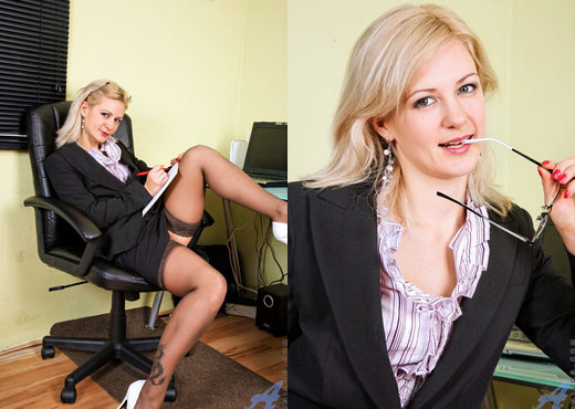 Laurita - Sexy Executive - Anilos - MILF Nude Gallery