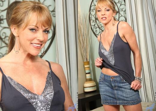 Shayla Laveaux - Mini Skirt - MILF HD Gallery