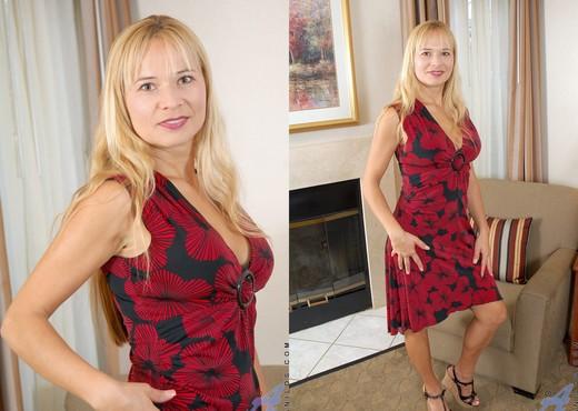 Viktoria - Blonde Anilos - MILF Porn Gallery