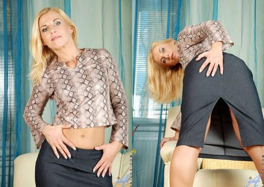 Janet - Huge Dildo - Anilos - MILF Nude Pics