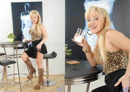 Renata - Milky Mature - Anilos - MILF Nude Pics