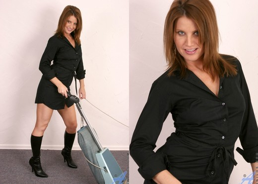 Rae Rodgers - Housewife Cleaning - MILF TGP