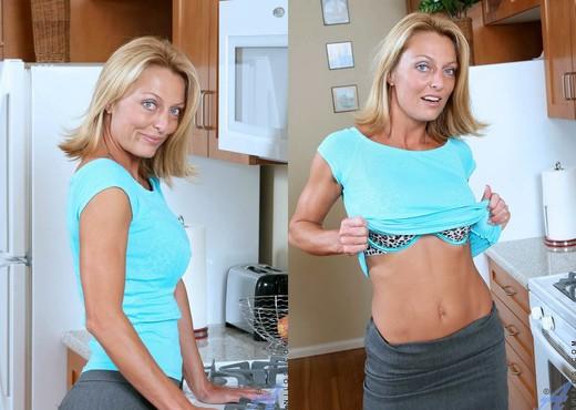 Busty MILF Brenda James strips and seduces her daughter's boyfriend № 892883  скачать