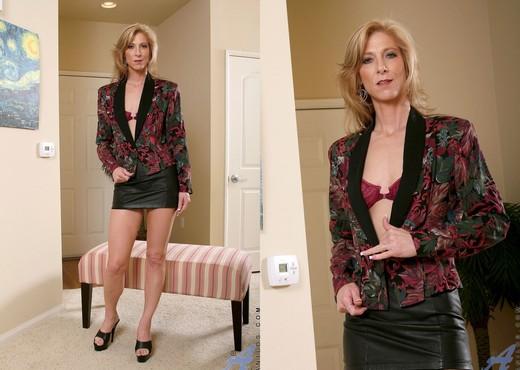 Dee Dee - Toying Dildos - Anilos - MILF Hot Gallery