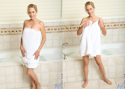 Payton Leigh - Bathroom Moms - MILF TGP