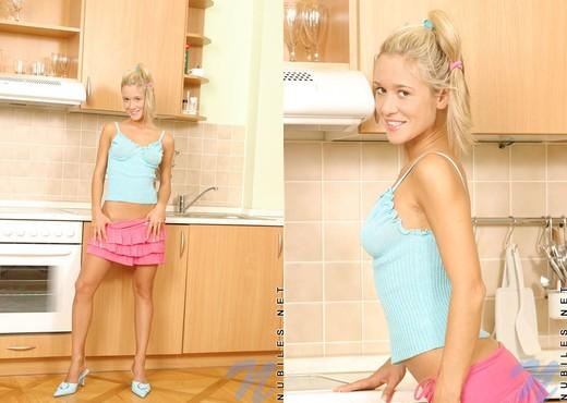 Carrie - Nubiles - Teen Solo - Teen Image Gallery