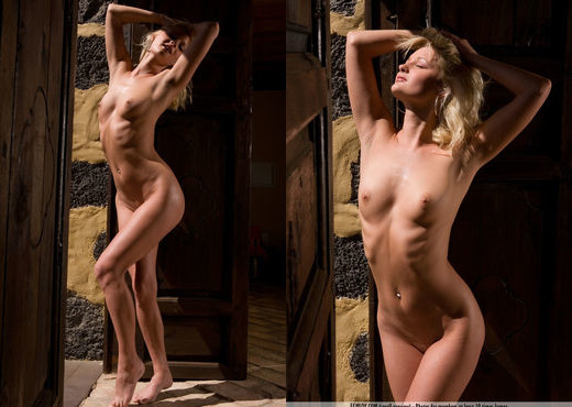 Waiting At The Gate - Jane - Solo Sexy Photo Gallery